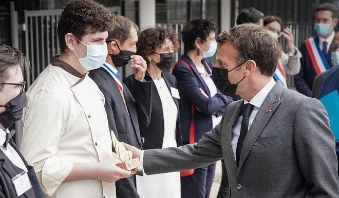 फ्रांस के राष्ट्रपति इमैनुएल मैक्रों को पब्लिक मीटिंग के दौरान को एक व्यक्ति ने थप्पड़ मारा