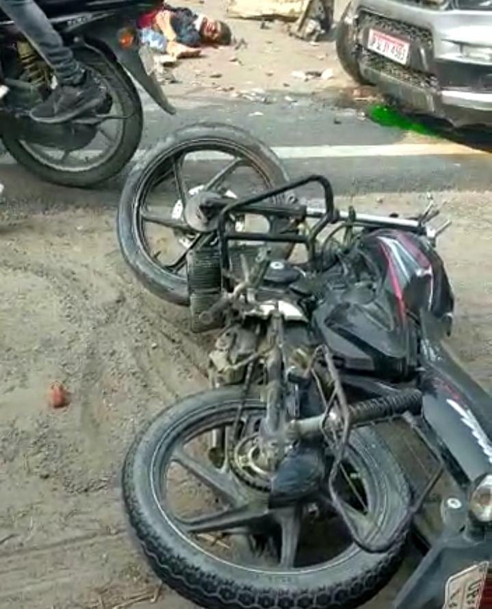 कार व बाइक की टक्कर में एक की मौत, दो घायल