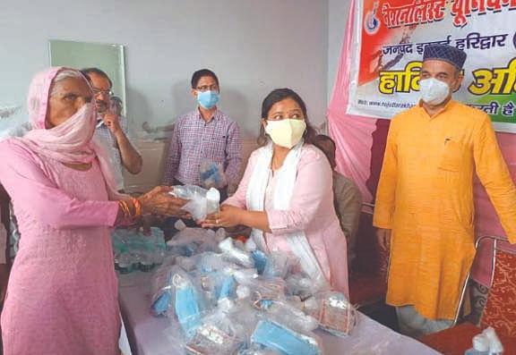 एनयूजे ने ग्रामीणों को वितरित की स्वास्थ्य किट