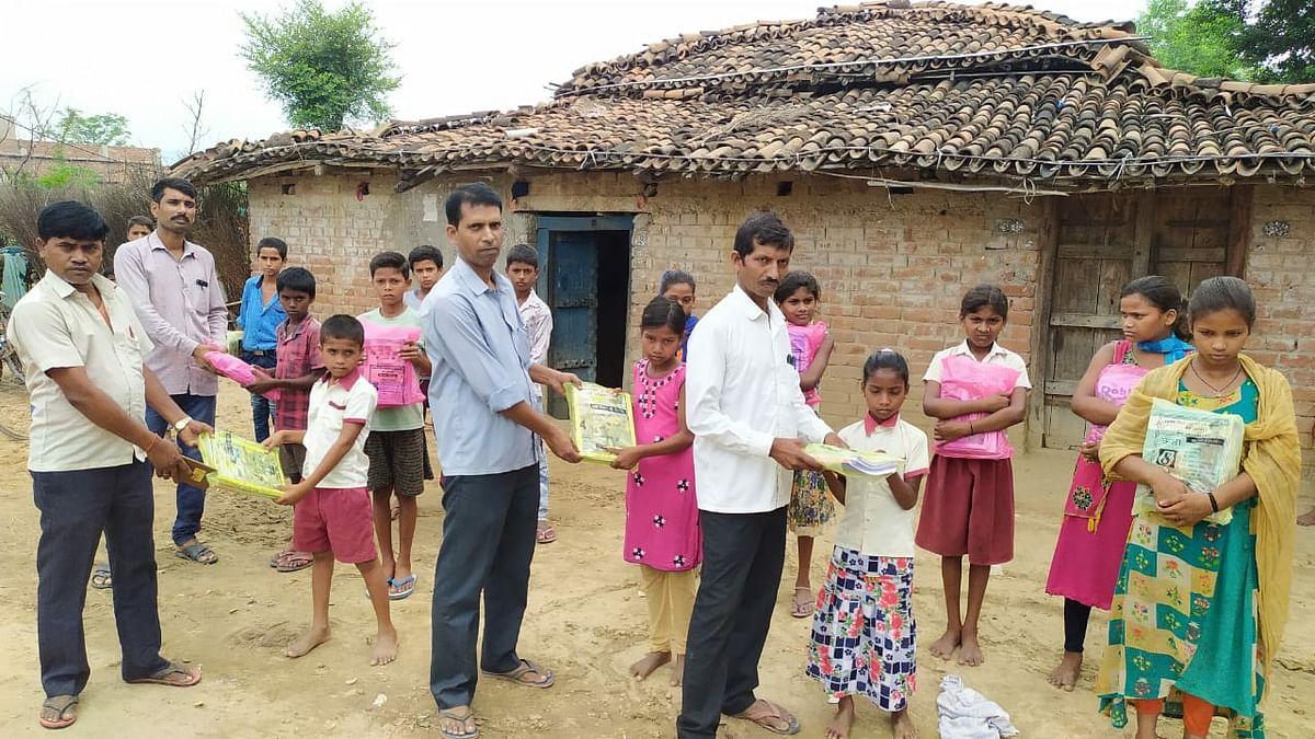 घर-घर जाकर छात्रों को बांटे किताब