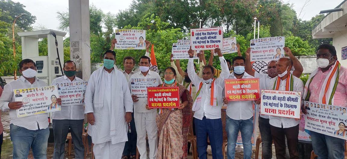दुर्ग : महंगाई के खिलाफ जिला कांग्रेस कमेटी ने भिलाई के पेट्रोल पंप पर किया विरोध प्रदर्शन