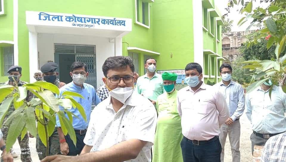डीएम ने कलेक्ट्रेट परिसर में लगाए पौधे,स्कूल में आक्सीजन पार्क का उद्घाटन