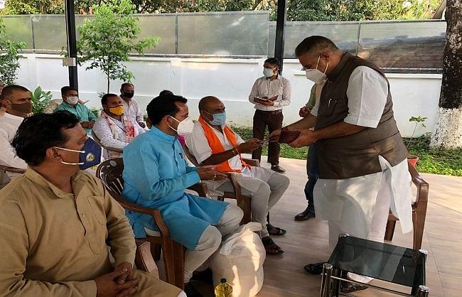 मंत्री जोशी ने पुरोहितों और जरूरतमंदों को बांटा राशन