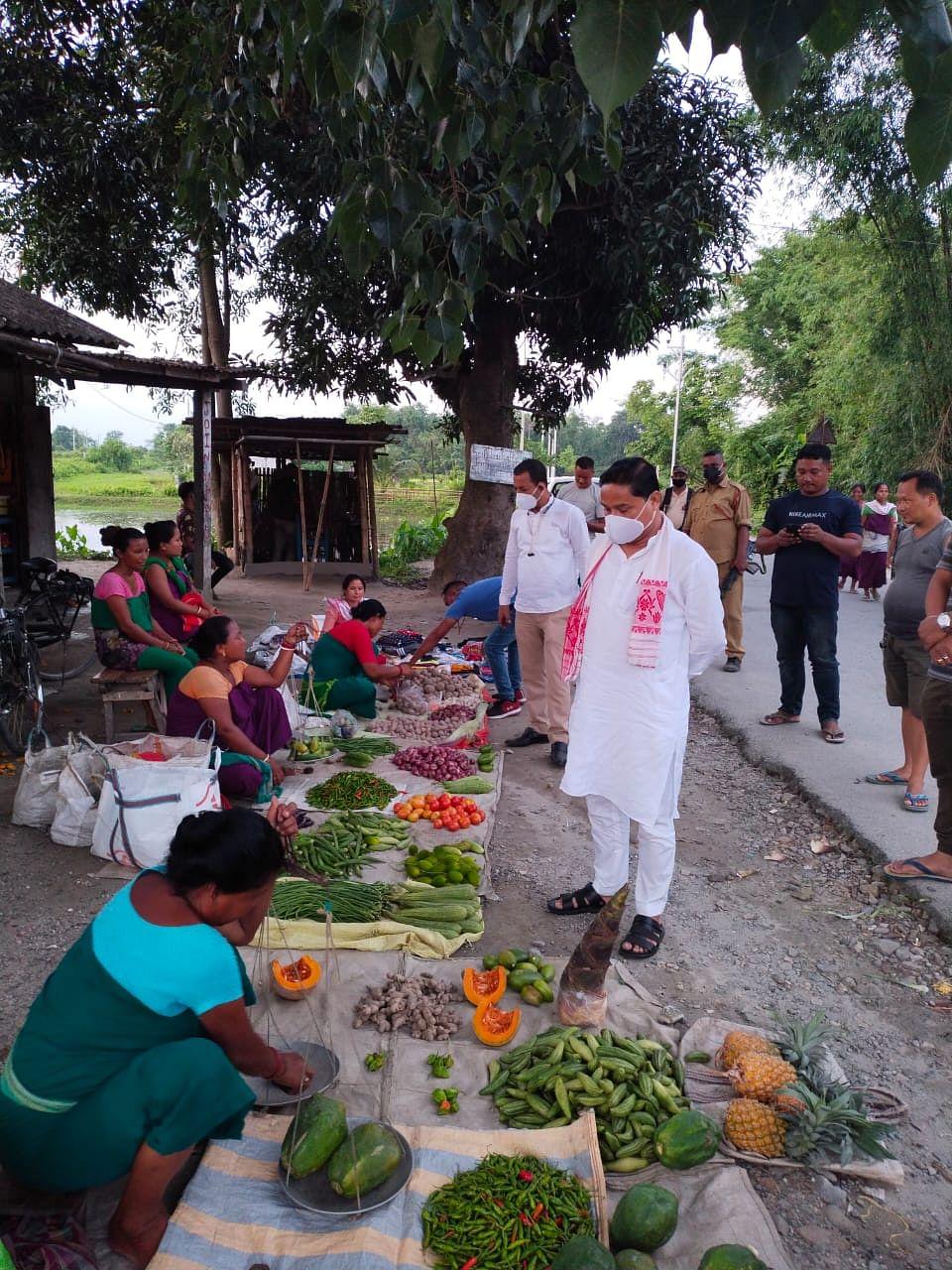 सांसद दिलीप सैकिया ने छोटे ग्रामीण व्यवसायियों से की मुलाकात