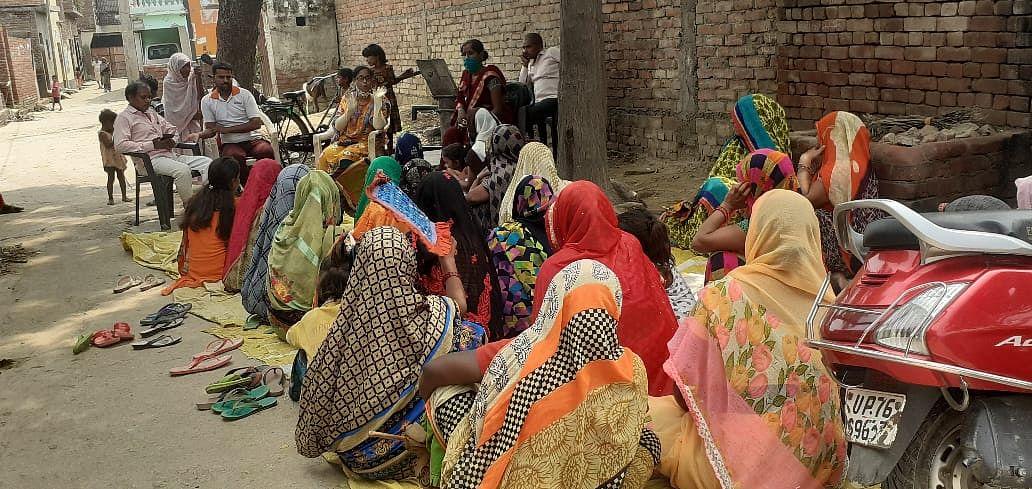 फर्रुखाबाद : कोरोना गांवों में चौपाल लगा बताए जा रहे टीकें के फायदे