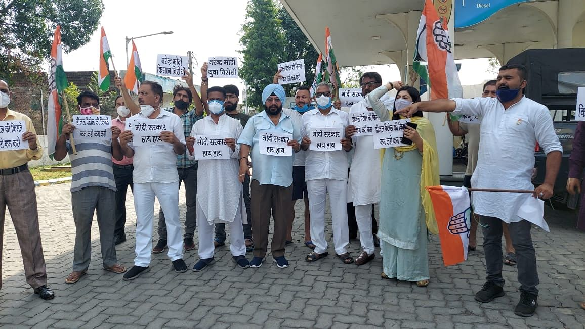 congress-kathua-unit-performed-vigorously-in-protest-against-the-inflation-of-petrol-diesel-and-food-items