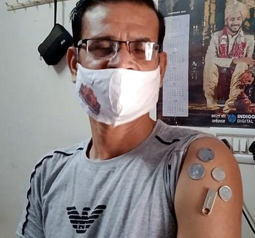 महिला और पुरुष का दावा-वैक्सीन लगवाने के बाद हाथ में आई चुम्बकीय शक्ति