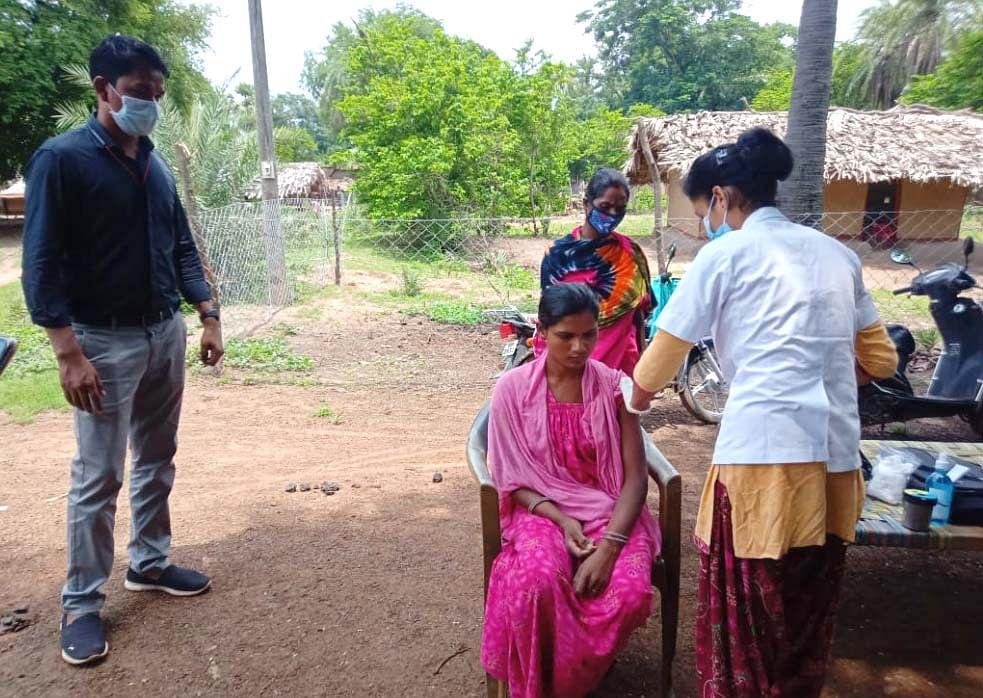 सुकमा : गोंगला ग्राम में 45 वर्ष से अधिक उम्र के लोगों का हुआ शत प्रतिशत टीकाकरण