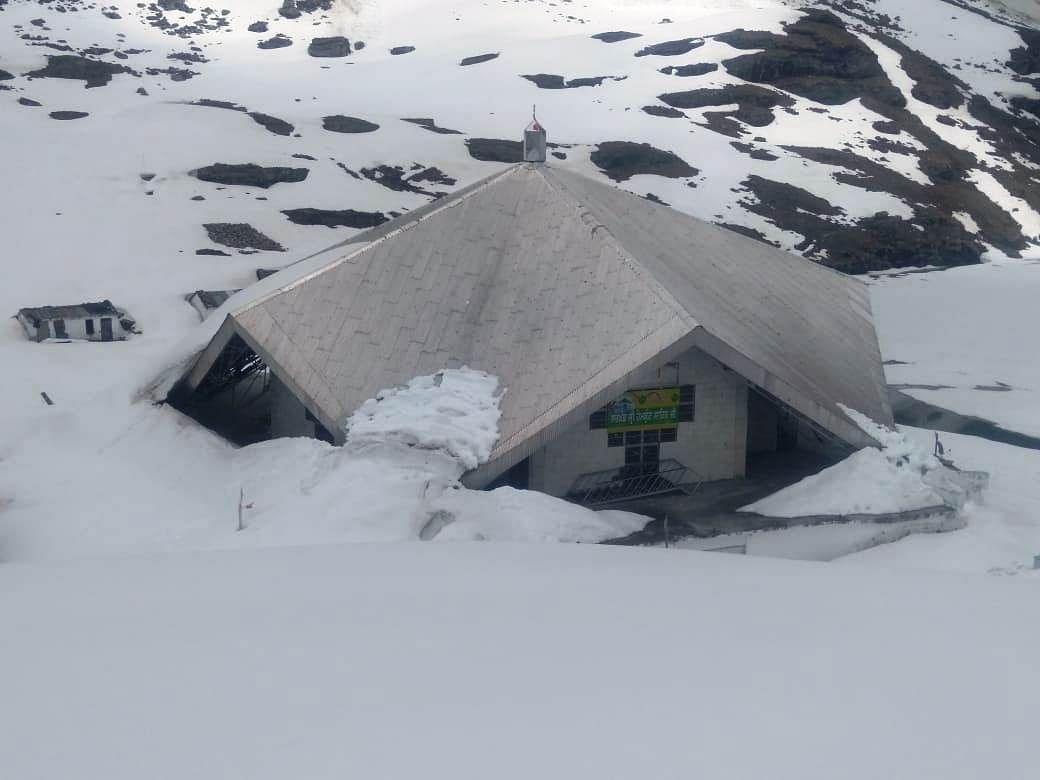 हेमकुंड साहिब में भारी बर्फबारी