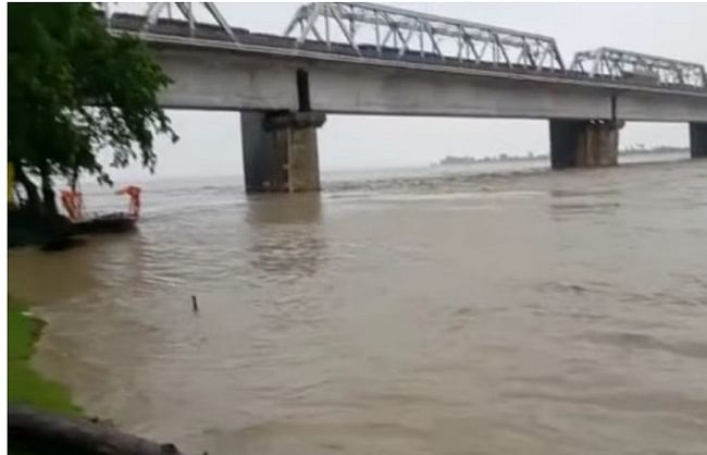 (अपडेट) खतरे के निशान से मात्र 12 सेमी नीचे नारायणी नदी, एक दर्जन गांव घिरे