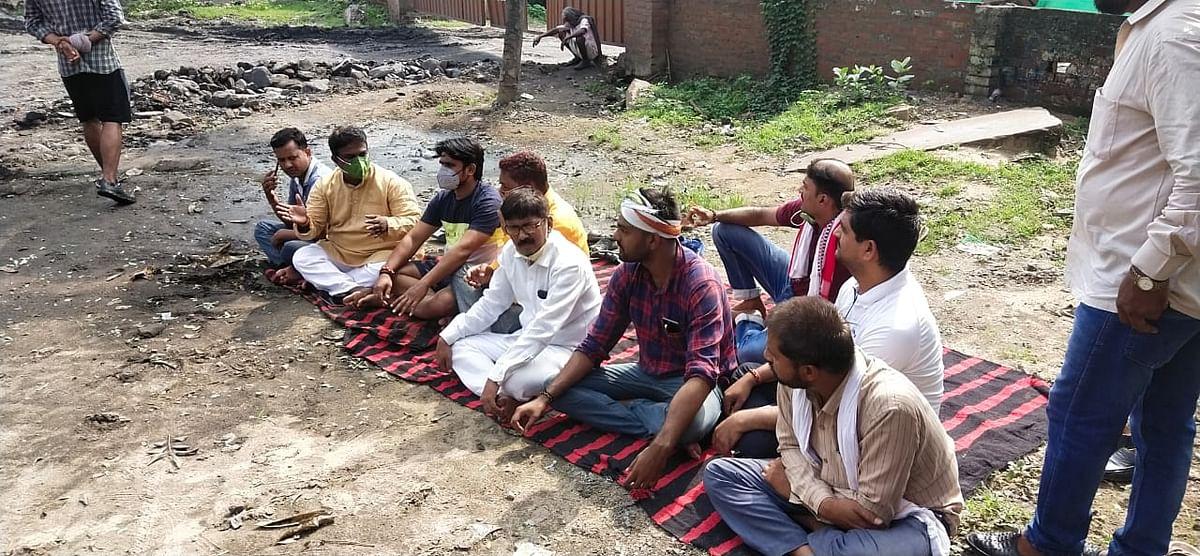 कोयला डिपो हटाने के लिए हनुमान चालीसा पढ़ नागरिकों ने दिया धरना