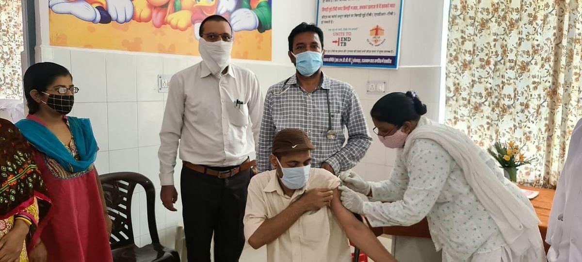 वह देख नहीं सकते थे तो चिकित्सक ने स्वयं का वाहन भेज चिकित्सा केंद्र पर लाकर टीका लगाया