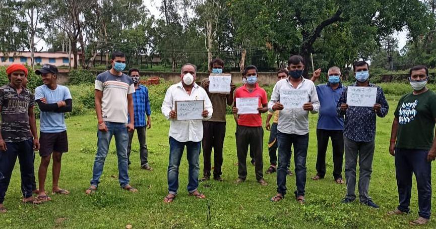 भाजपा कार्यकर्ताओं ने खेतों में धरना देकर हेमंत सरकार का किया विरोध