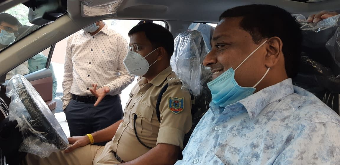 गाड़ियों के शौकीन रामगढ़ एसपी अल्काजार एक्सयूवी के लॉन्चिंग में हुए शामिल