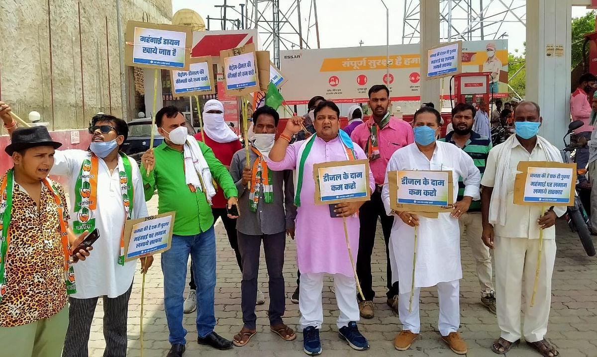 कोविड प्रोटोकॉल को ताख पर रख कांग्रेसियों ने किया तेल के बढ़ते दामों को लेकर प्रदर्शन