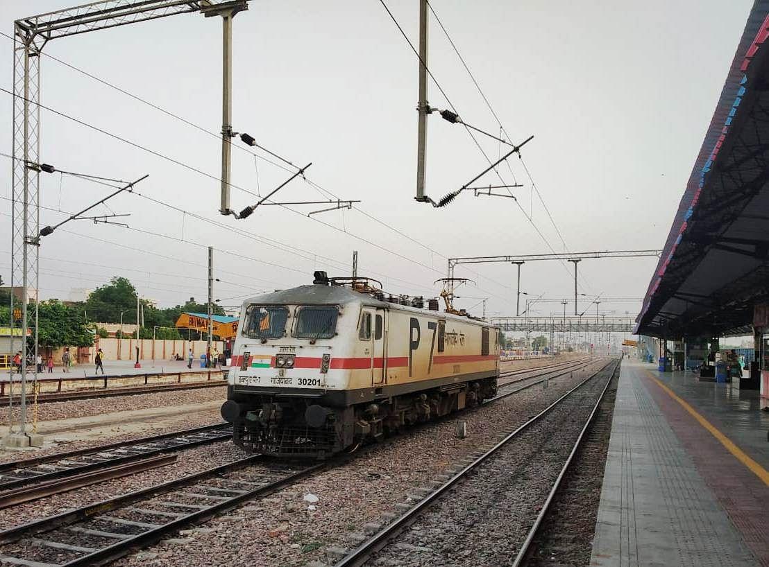 2023 तक सभी रेल लाइनों के विद्युतीकरण की तरफ बढ़ रहा रेलवे