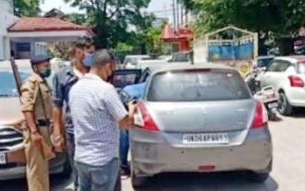 पुलिस का स्टीकर लगी गाड़ी से अवैध शराब बरामद, तीन गिरफ्तार