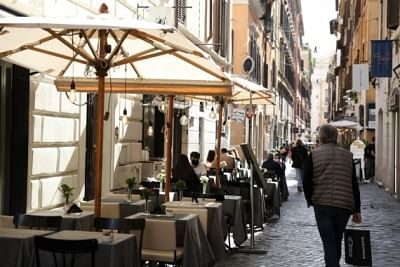 इटली ने कोरोना को लेकर जारी प्रतिबंधों में और ढील दी