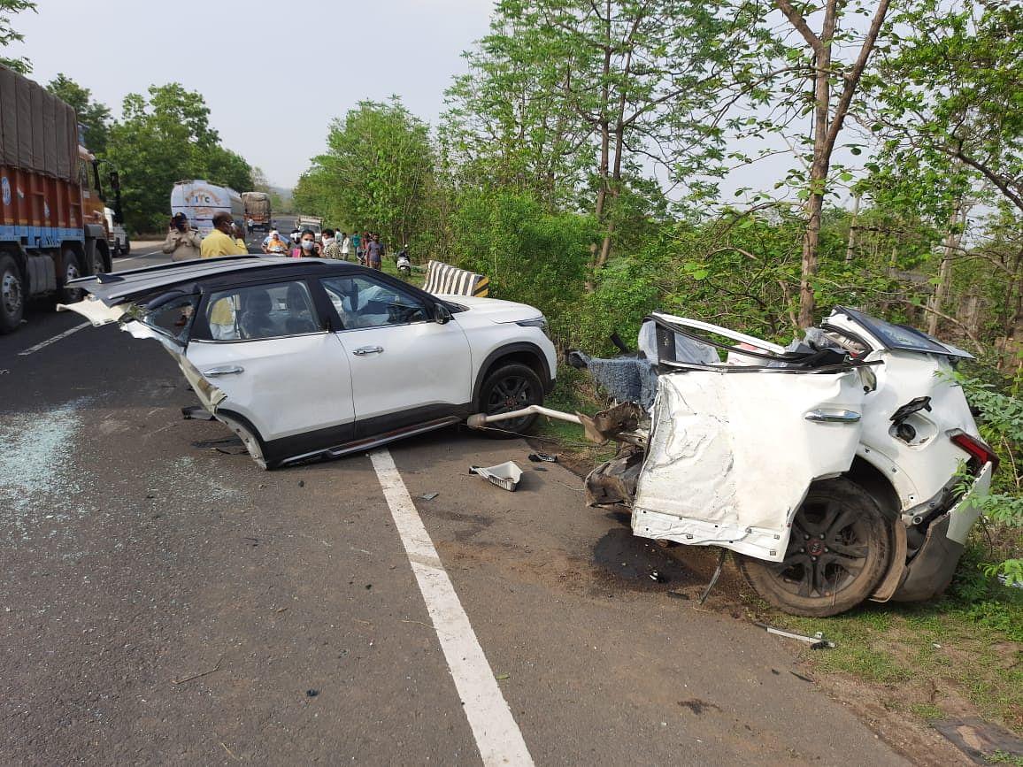 कार पुलिया से टकराई, तीन की मौत, दो घायल