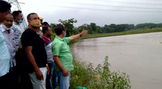 विधायक ने नदी के किनारे बने तटबंध का किया दौरा