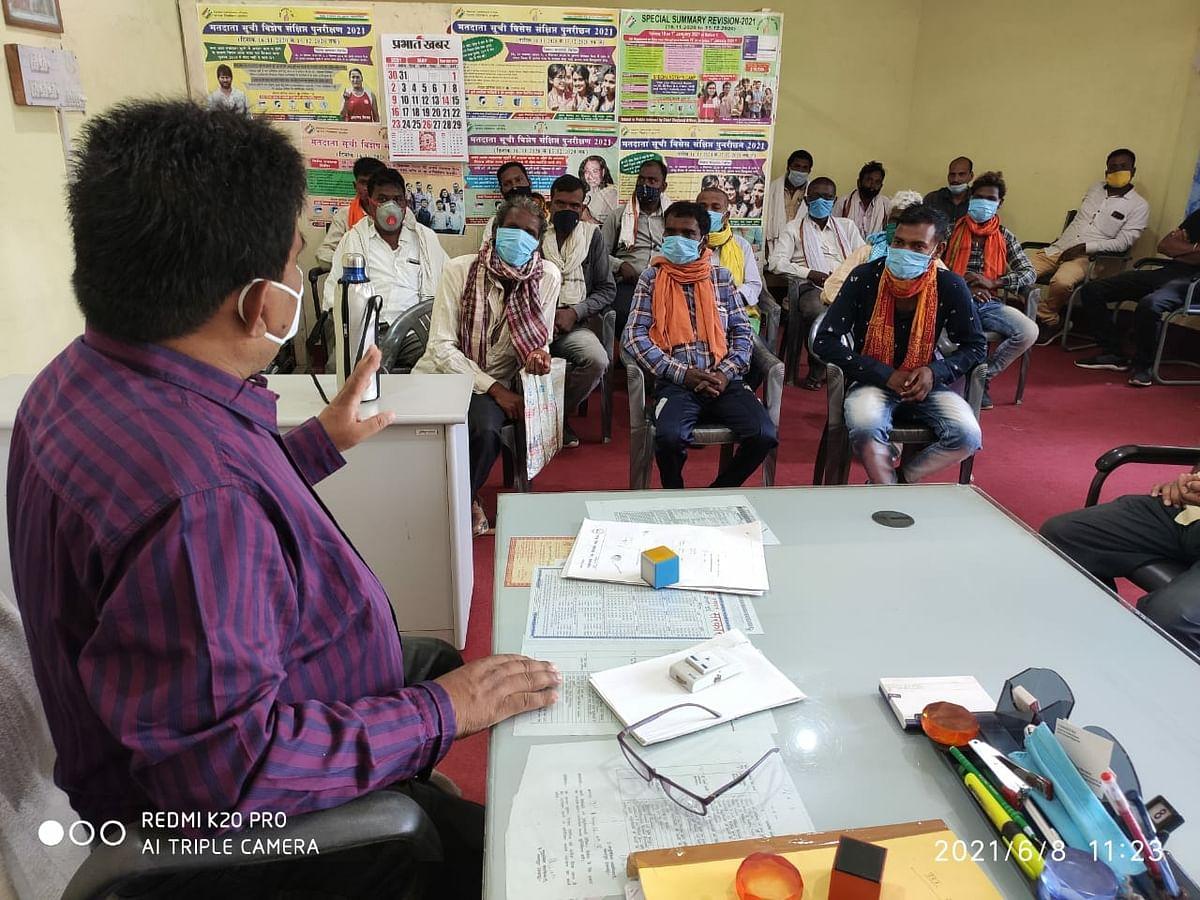 एसडीओ ने परहिया आदिम जनजाति के लोगों के साथ की बैठक