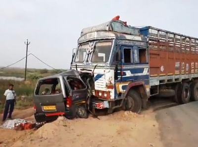 गुजरात में कार-ट्रक के बीच टक्कर, 9 की मौत