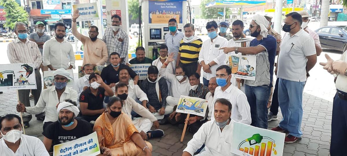पेट्रोल-डीजल की बढ़ते दामों के विरोध में कांग्रेसियों का विरोध प्रदर्शन