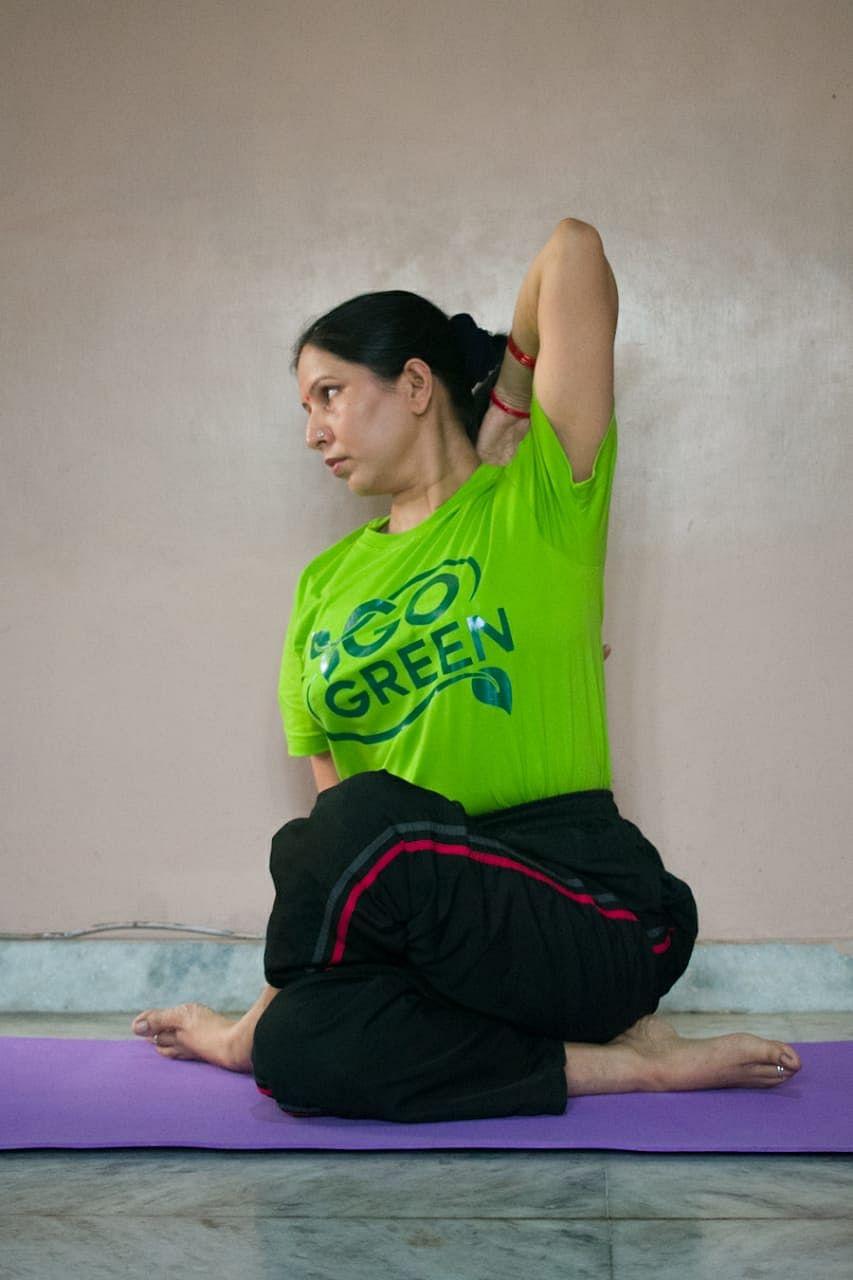 प्रशिक्षक रीता सिंह योग के जरिये लोगों को मानसिक दबाव से दिला रही मुक्ति