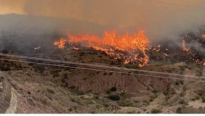 एरिजोना में दो विशाल जंगल की आग से सैकड़ों लोग विस्थापित हुए