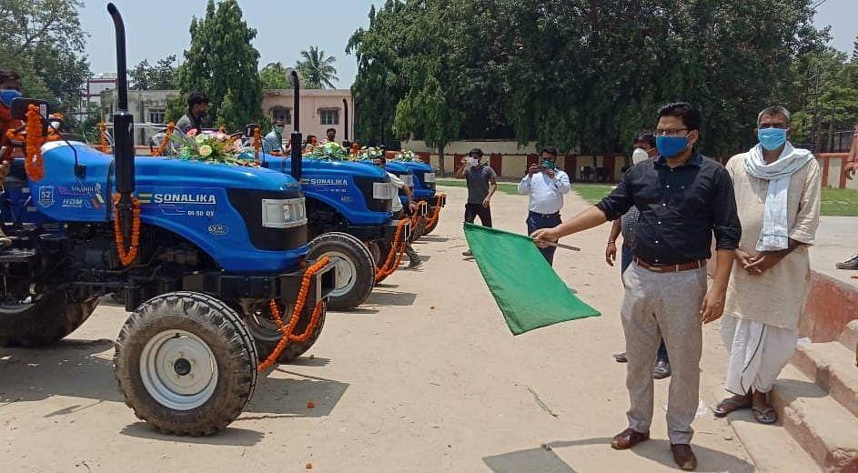 मुख्यमंत्री हरित कृषि संयंत्र योजना के तहत बेगूसराय के चार पैक्सों को मिला ट्रैक्टर