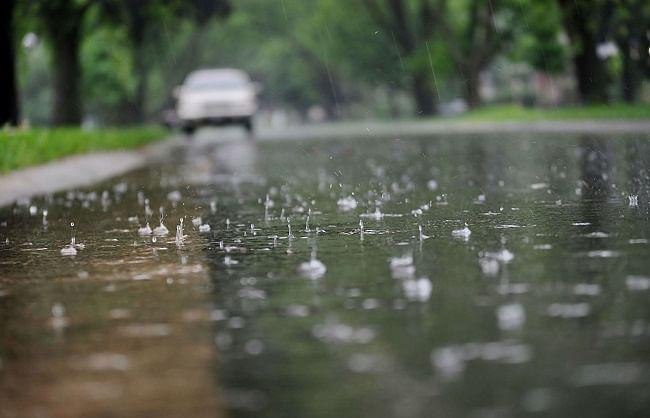 झमाझम बारिश ने बदली दिल्ली की फिजा, अभी छाए रहेंगे बादल