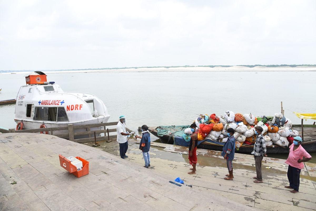 एनडीआरएफ की टीम ने घाट किनारे अभियान चलाकर वंचितों का इलाज किया