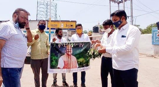 धमतरी : बृजमोहन के पोस्टर पर कालिख पोतकर युवा कांग्रेस ने जताया विरोध