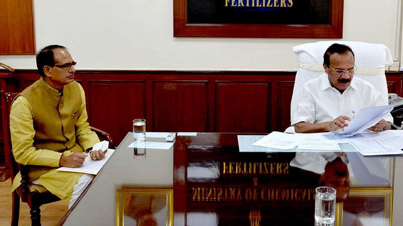 केंद्रीय मंत्री सदानंद गौड़ा से मिले मुख्यमंत्री शिवराज