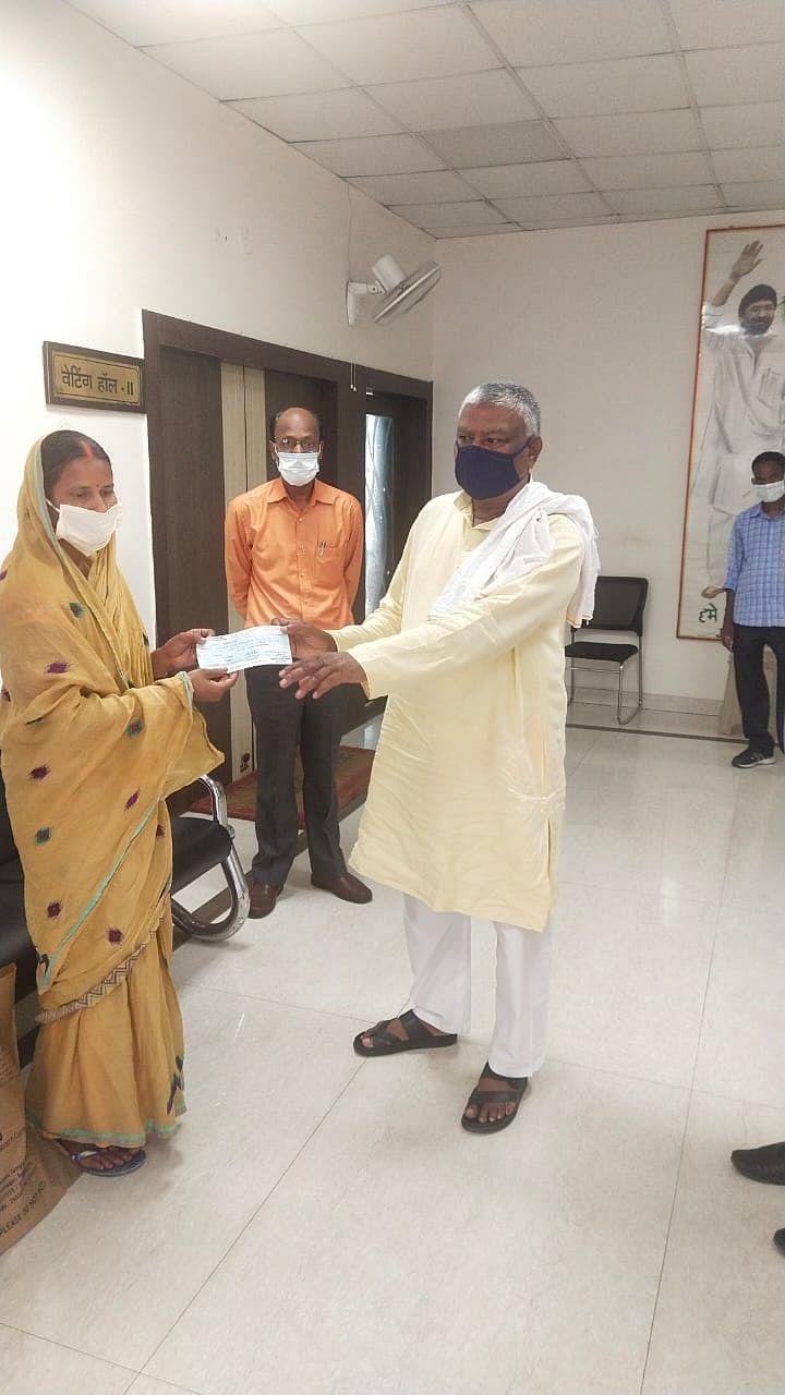 विधायक ने बेंगलुरु में इलाजरत सुनील मंडल की पत्नी को 75 हजार  का चेक सौंपा