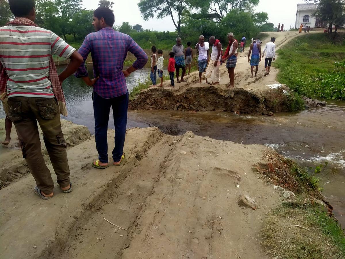चंद्रभागा नदी पर ग्रामीणों के सहयोग से बनाया गया पुलिया ध्वस्त, आवागमन बाधित
