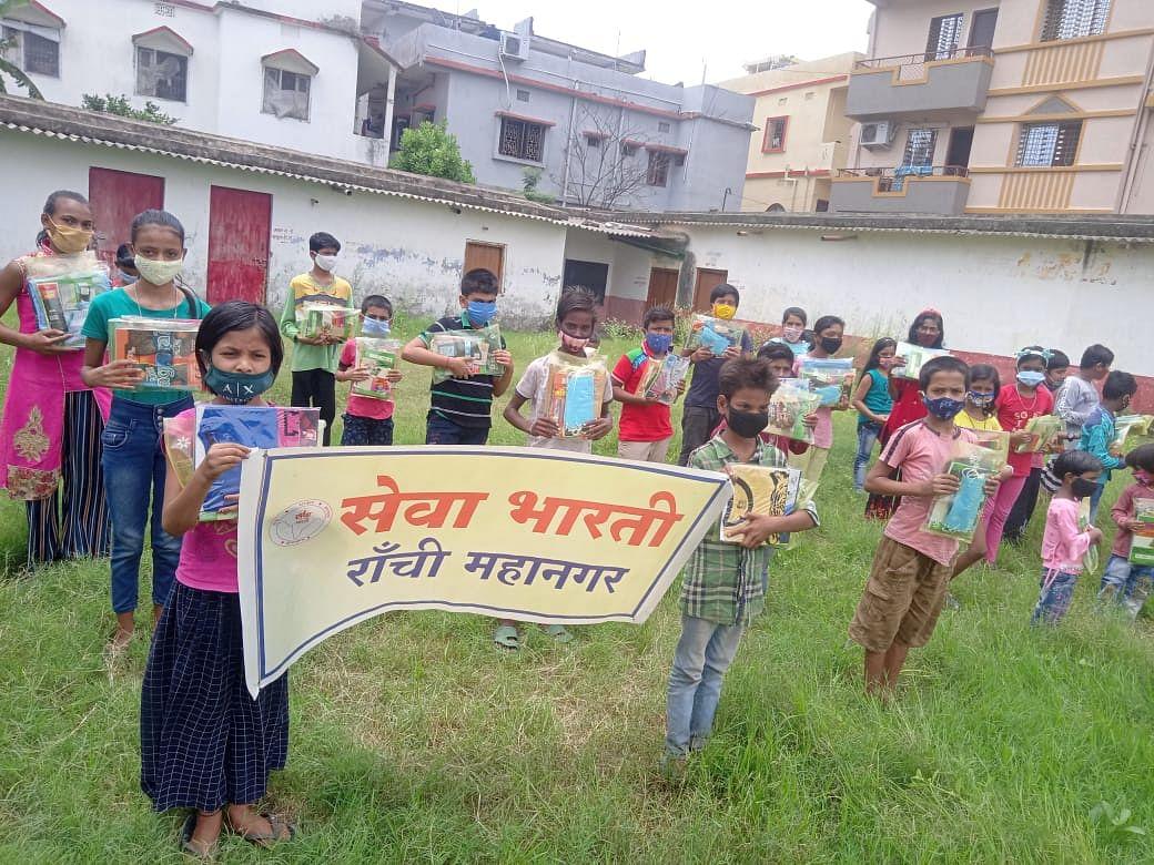 सेवा भारती ने पाठ्य सामग्री व मास्क का किया वितरण