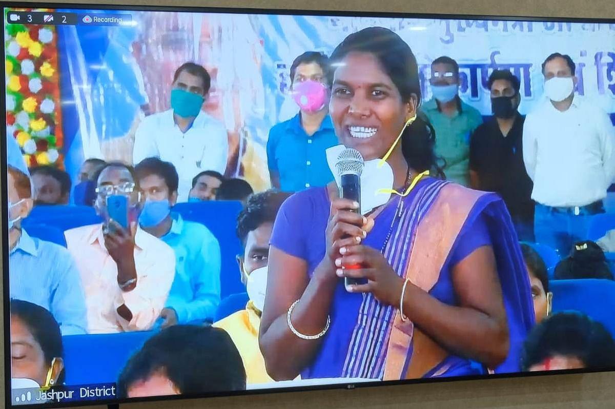 रायपुर : सेनेटरी व नैपकिन निर्माण से महिलाएं हो रही आर्थिक रूप से सशक्त