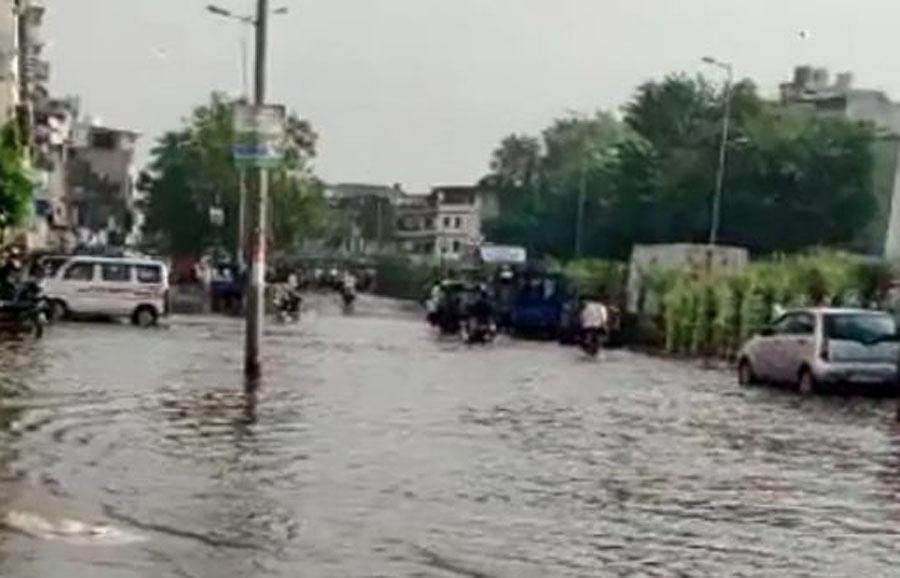 सूरत में भारी बारिश के चलते कई इलाकों में बाढ़ जैसे हालात