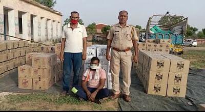 भूसे की बोरियों के नीचे छिपाकर गुजरात जा रही 20 लाख रुपये की अवैध शराब जब्त