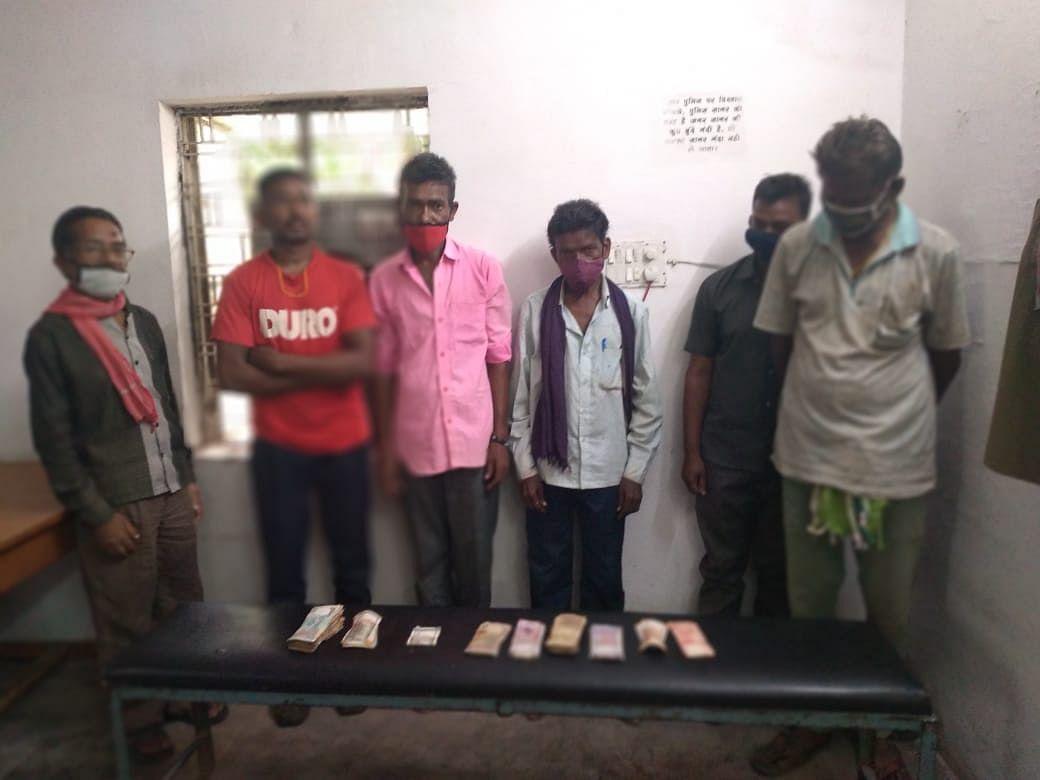 दुर्ग : लाखों रुपये के सट्टा पट्टी के साथ 42 हजार बरामद, नौ सटोरिए गिरफ्तार
