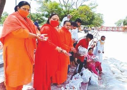 गंगा में प्रवाहित की 10 हजार लावारिस लोगों की अस्थियां