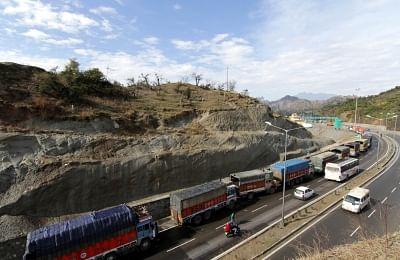 भूस्खलन होने से जम्मू श्रीनगर राजमार्ग हुआ ब्लॉक