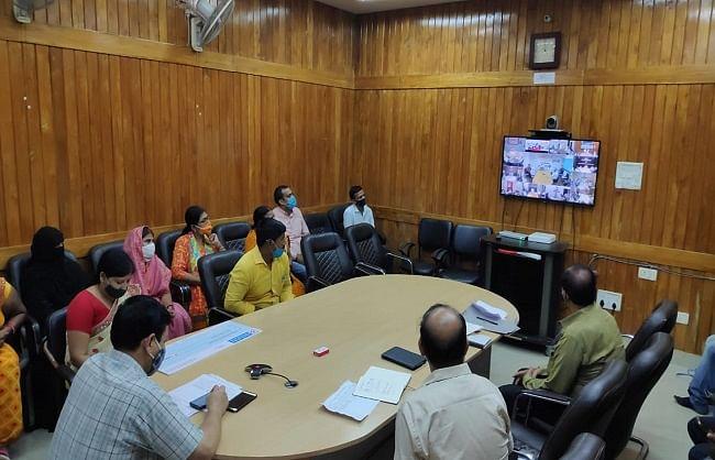 मुख्यमंत्री योगी ने वाराणसी के लाभार्थियों को दिया ऋण व टूलकिट