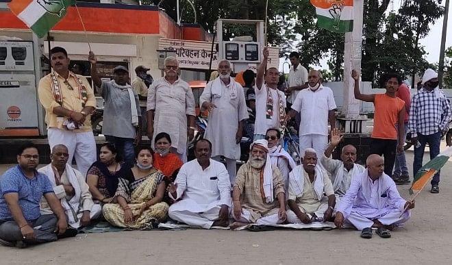 गोरखपुर-की-ताजा-खबरें-पेट्रोल-डीजल-की-बढ़ती-हुई-कीमतों-को-लेकर-राज्य-में-कांग्रेस-का-प्रदर्शन