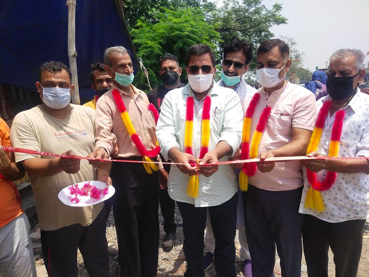 लखनपुर मुंसिपल कमेटी के अध्यक्ष ने वार्ड नंबर 4 में तारकोल बिछाने का कार्य शुरू करवाया