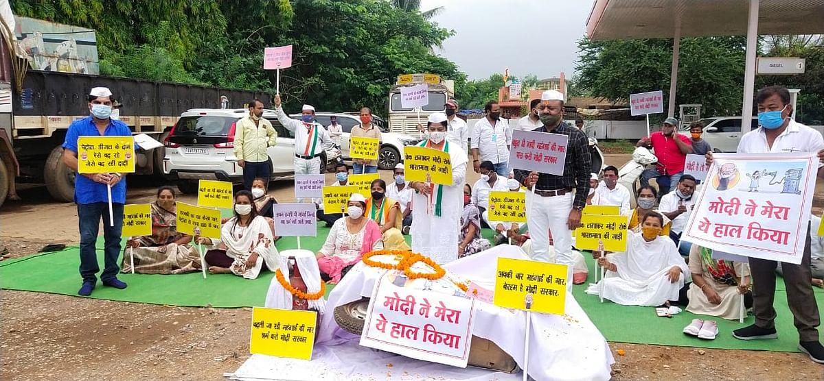 जगदलपुर : पेट्रोल-डीजल की कीमतों में वृद्धि को लेकर कांग्रेस ने किया प्रदर्शन