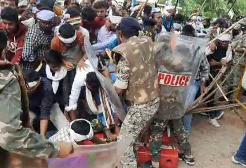 सिलगेर ममले में आदिवासियों का प्रदर्शन, दो महिला पुलिस घायल