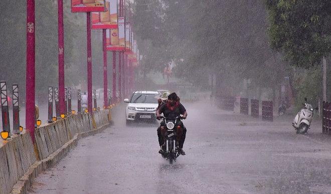 मुंबई में पहुंचा मानसून, शहर के कई हिस्सों में भारी बारिश, लोकल ट्रेन सेवा रोकी गयी