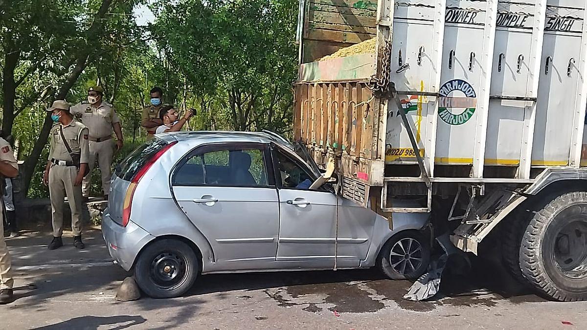 कार, ट्रक और मोटरसाइकिल की आपसी टक्कर में हुआ दर्दनाक हादसा, वाइक सवार की मौके पर हुई मृत्यु, कार चालक घायल